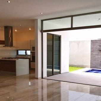 Venta de Casa de 3 niveles con alberca y jardín.