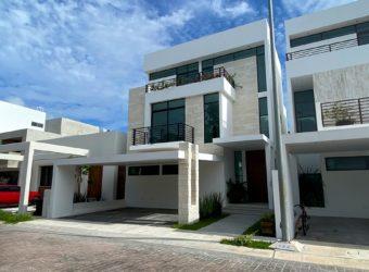 Hermosa casa en venta en residencial Aqua Cancún con alberca y jardín.